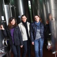 Die Librandi-Schwestern Carmela, Lucia und Angela (v.l.) vor den Öltanks in ihrer Mühle.