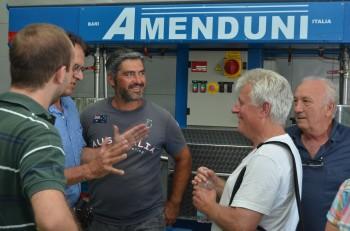 Vincenzo Lombardi (re.) mit Conrad Bölicke beim Müller von Andrea. Sohn Guiseppe (ganz li.) hört zu.